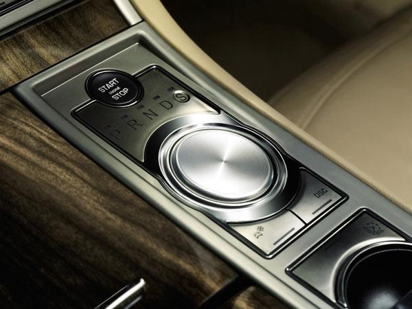 2009年款XF车型上的旋转式换挡按钮,和新XFL上的功能如出一辙