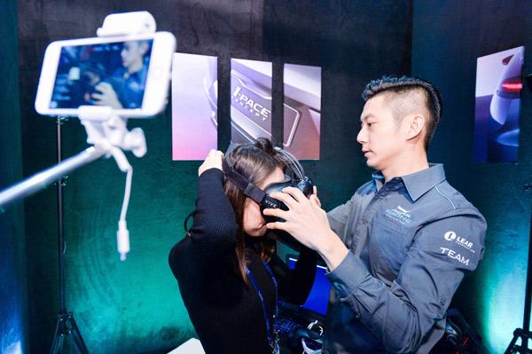 董荷斌指导车云女主播体验捷豹路虎的VR技术