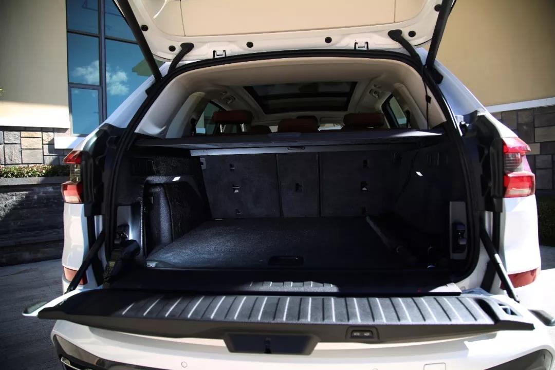 上下两段尾箱开启方式,并且能在下段尾门上直接控制空气悬架降低车身,方便装载