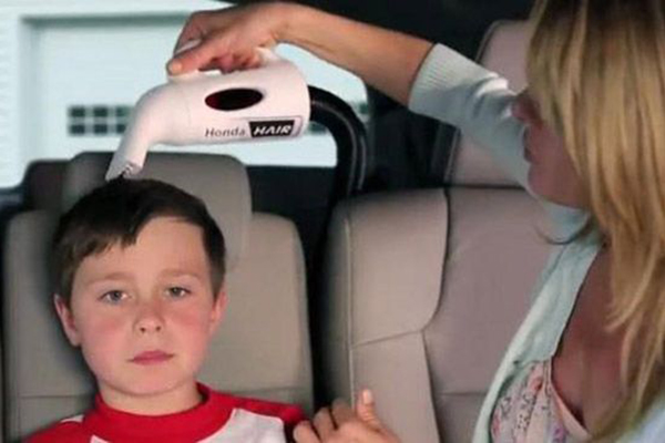 本田奥德赛上悲情的小男孩和兴高采烈拿着理发器的妈妈