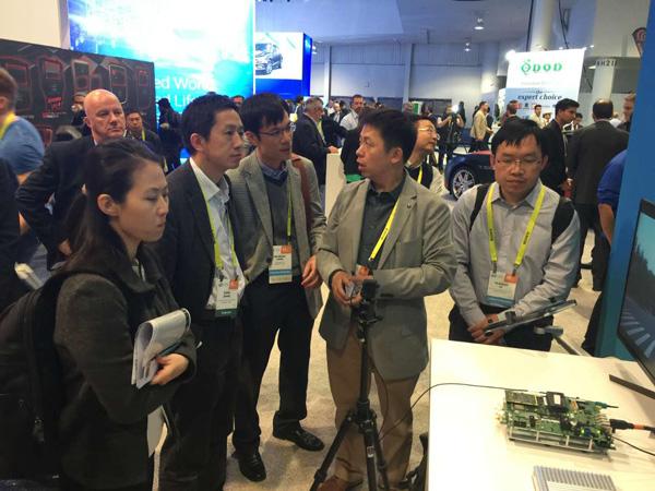纵目科技CEO唐锐在展台为观众讲解这款ADAS原型产品