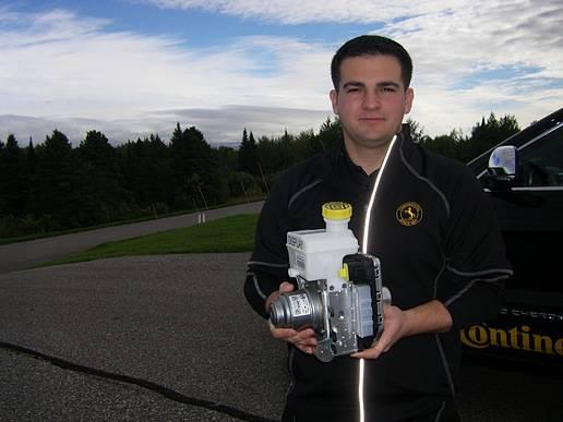 大陆集团的Tim Buchert手握MKC1制动系统。