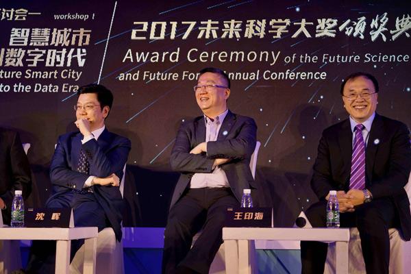 威马汽车创始人、董事长兼CEO沈晖(中)