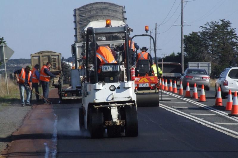 路面铺设可是少不了沥青呦~