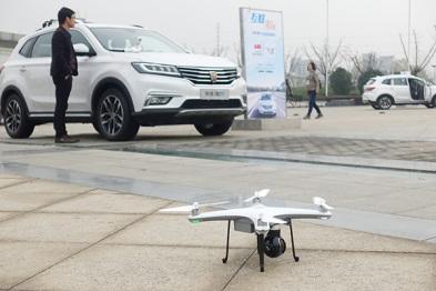 """上汽阿里将推""""双盲导航"""",无人机成了荣威RX5的新外设"""