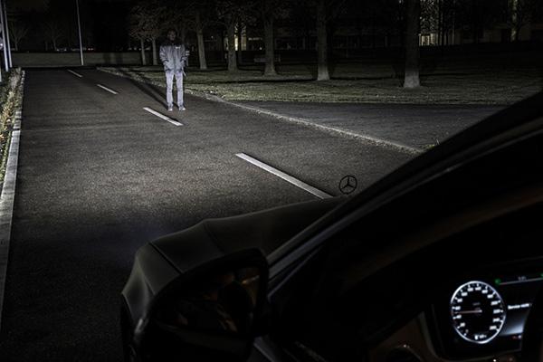 只点亮应该点亮的区域,应该是大家对这款车灯的基础期待。如果在前照灯范围内检测到行人,前大灯打出的锥形光束不会直射行人眼睛。