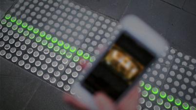 """""""低头党""""有福了,这条LED智能人行道能救命"""