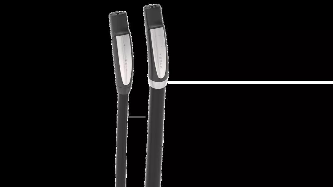 特斯拉超充 V3 电缆(左)与 V2 电缆(右)对比 | electrek