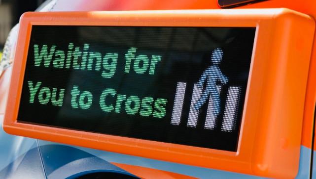 车身上有用于与行人交流的显示屏