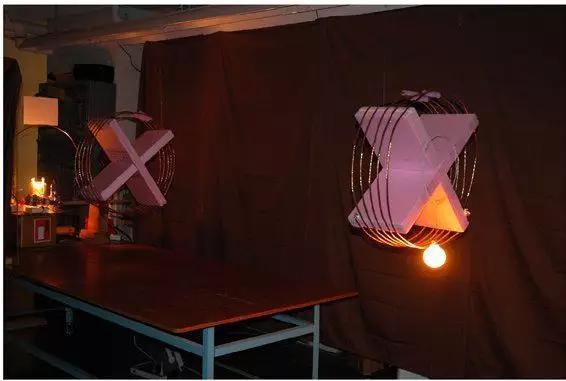 MIT团队实现的磁耦合谐振式无线充电,让相距二米的灯泡持续发亮,是一项里程碑式的研究