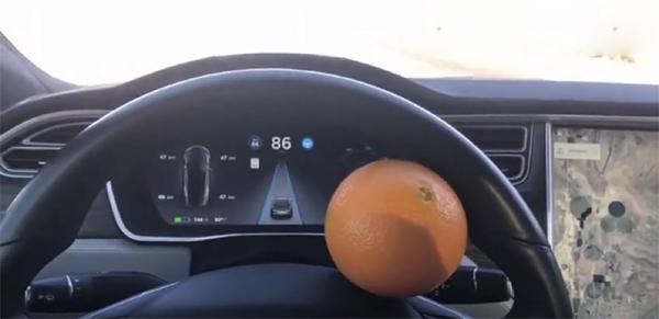错误示范:Autopilot开启时,橙子卡方向盘