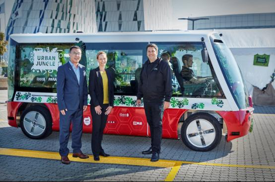 亮道智能CEO劇學銘博士與合作伙伴在聯合打造的無人駕駛小巴前合影