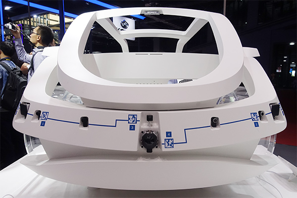 今年上海车展上,博世展台的车架展示了可提供的传感器、执行机构和互联控制产品。其中传感器部分包括双目摄像头、远距离单目摄像头、长距离毫米波雷达、中距离毫米波雷达和超声波雷达。执行机构包括所有横向纵向操控产品,iBooster(无真空源的制动助力器)、ESP(电子稳定程序)和Servolectric(电子伺服助力转向)。