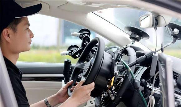 在自动驾驶汽车行驶时,司机偶尔也需要进行人工干预