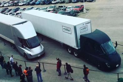 马斯克晒特斯拉卡车最新照片,首次货运路试出发