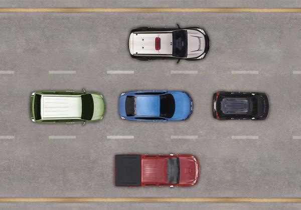 中间的蓝色车辆无论做什么都无法保证有绝对的安全