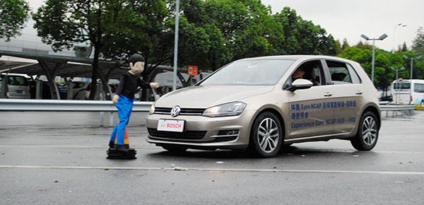 博世搭载双目摄像头的AEB测试车