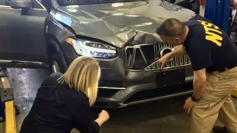 美国国家安全运输委员会成员查验事故无人车损坏情况