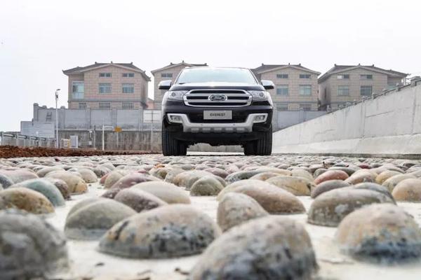 鹅卵石路面用于测试车辆在颠簸路况下的稳定性和舒适性