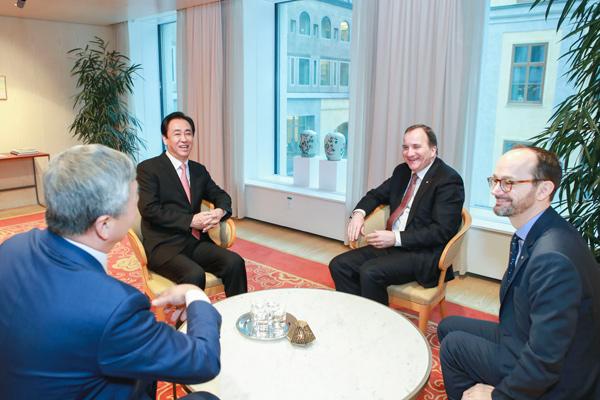 瑞典首相斯特凡·勒文(右二)、工业与基建部长Tomas Eneroth(右一)与许家印一行座谈交流