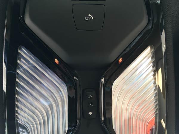 新5系天窗前的两个红外线探头(照明灯和SOS模块之间的位置)