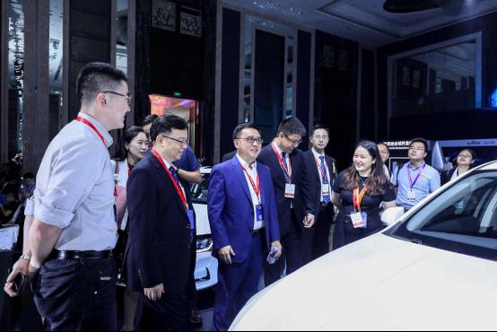 张亚勤与王传福参观百度比亚迪合作的自动驾驶汽车