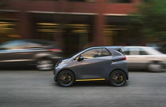 但实际上,这款电动汽车无论是从外形还是性能上都远超老年代步车,外形
