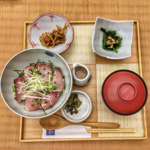 逛完大阪车展LUCUA购物中心的蔦屋,乘电梯上至10层,这家名叫「菜な」的餐厅提供的午饭菜单价廉质高,这是冬季限定的「炙烤鰤魚定食」