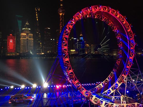矗立于黄浦江畔,高19.08米的世界最大垂直环形赛道摩天轮