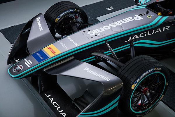 FE赛车的前定风翼是所有赛车上统一的规格和制式