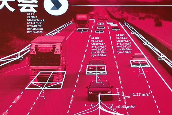 在Ibeo用户大会现场,我们可以看到一张使用Ibeo激光雷达探测路面的示意图,对于Ibeo探测到的物体,都会被标准上具体分类,并提供道路信息。