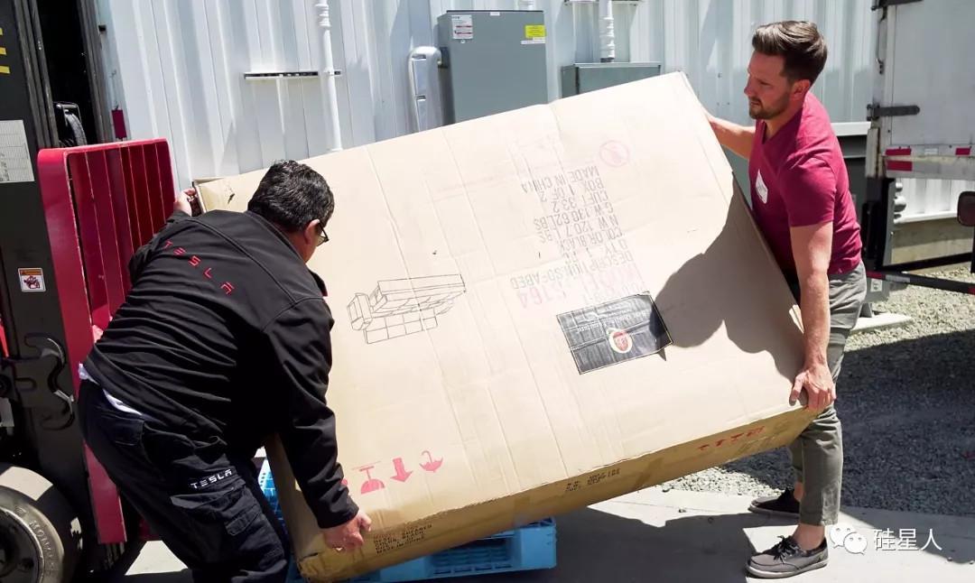 众筹发起者把沙发送到特斯拉工厂,并给大家直播