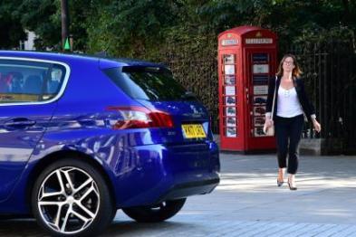 标致打造全球最小汽车经销店:电话亭