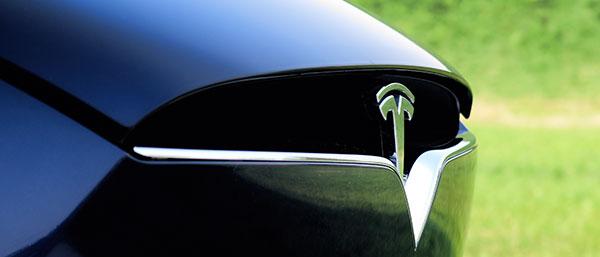 Model X的前脸,颇有钢铁侠面具的设计风格