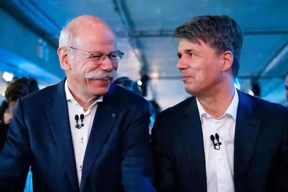 宝马集团首席执行官科鲁格(左)和戴姆勒董事会主席蔡澈(右)