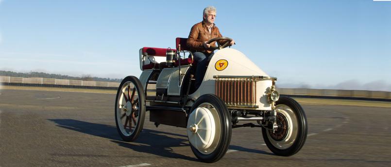 1900 年巴黎世界博览会上,费迪南德 • 保时捷推出的可以续航50 公里的Lohner Porsche电动汽车