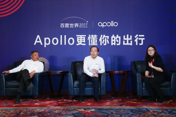 左:百度副总裁邬学斌,中:百度智能驾驶事业群组总经理李震宇在会后接受媒体专访
