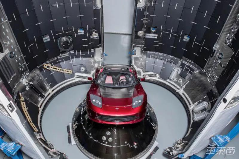 火箭整流罩中的特斯拉Roadster