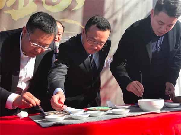 图:北京汽车销售有限公司副总经理陈思英现场体验景泰蓝点蓝技艺