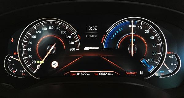 图片说明:第一和第二张图片,分别是运动和舒适模式下的仪表盘,二者可以看出明显不同;而第二和第三张仪表盘,分别是舒适模式下设置成Auto eDRIVE和Bettery Control模式下的仪表盘,可以看出后者的右侧仪表,蓝色Charge(充电)区间明显要小很多,意味着该模式下车辆充电更加积极。