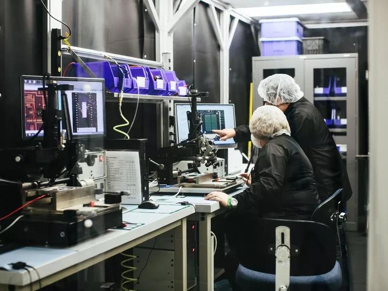 在Luminar位于奥兰多的生产设施中,现在可以在大约八分钟内制造一个激光雷达装置——这曾经要花费一天的时间。