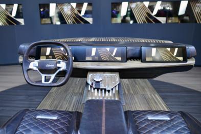 洞见 | 豪掷重金的Jeep智能概念体验系统,在产品形态上也走了极端