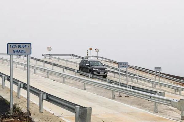 梯度长坡测试区有30%、20%、15%和12%四种坡度,可以测试车辆的动力总成、驻车制动和牵引力控制系统