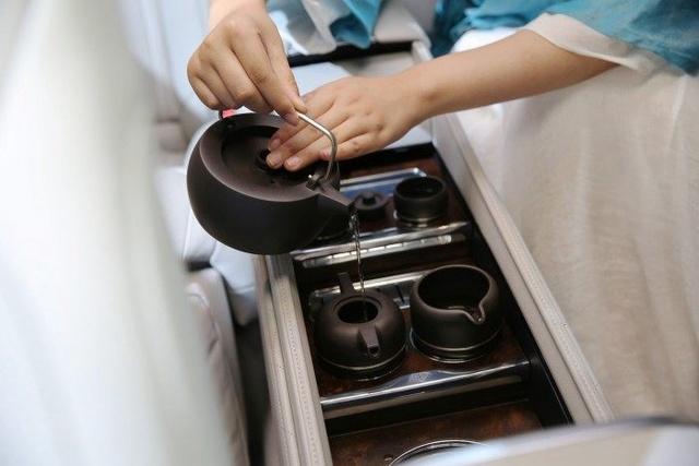 打开后排扶手位置的茶道区域盖板,就能看到一套完整的茶具了。