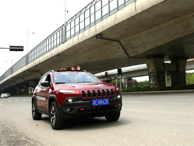 搭载百度自动驾驶技术的自动驾驶车辆在高速路进行路测