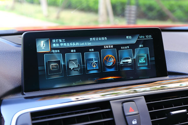 2017款宝马3系配备了第五代idrive系统,不仅是UI界面进行了重新设计,并且具备了NLU自然语音识别功能
