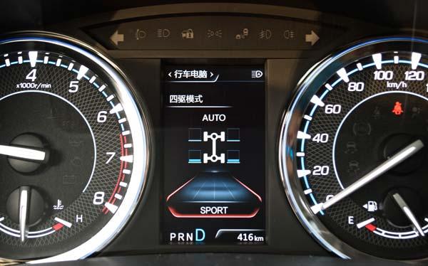 在强制NexTrac系统工作的时候,通过方向盘上的上下按键,可以调出驱动动力在四个轮子上的分配情况,此时,当车速低于40km/h的时候,Lock锁止的是前后轴的动力系统,然后再通过刹车制动力分配系统,微调动力在左右同轴车轮间的动力分配,不过从原理上说,NexTrac系统最大只能实现后轴的动力输出与前轴持平,达到50:50的状态,像上图这种后轴动力输出超过前轴的状态,是极特殊工况下才能出现(同时踩刹车和油门,辅助脱困,但是需要注意的是,长时间如此操作容易导致四驱系统失效)