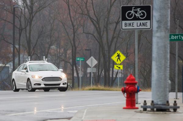 福特Fusion无人驾驶汽车在底特律MCity进行测试