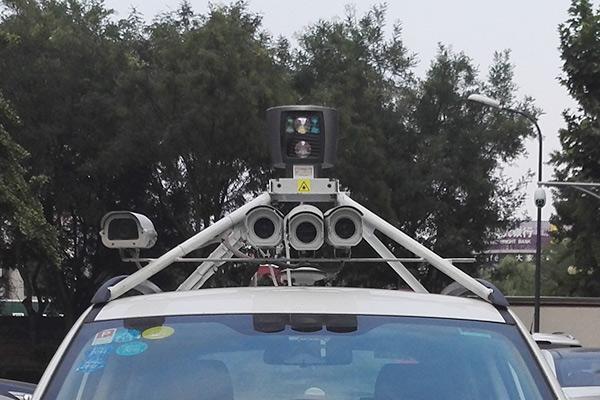 车顶四个摄像头,一个识别车道线,两个识别障碍物,最左侧的一个彩色摄像头识别交通标志。