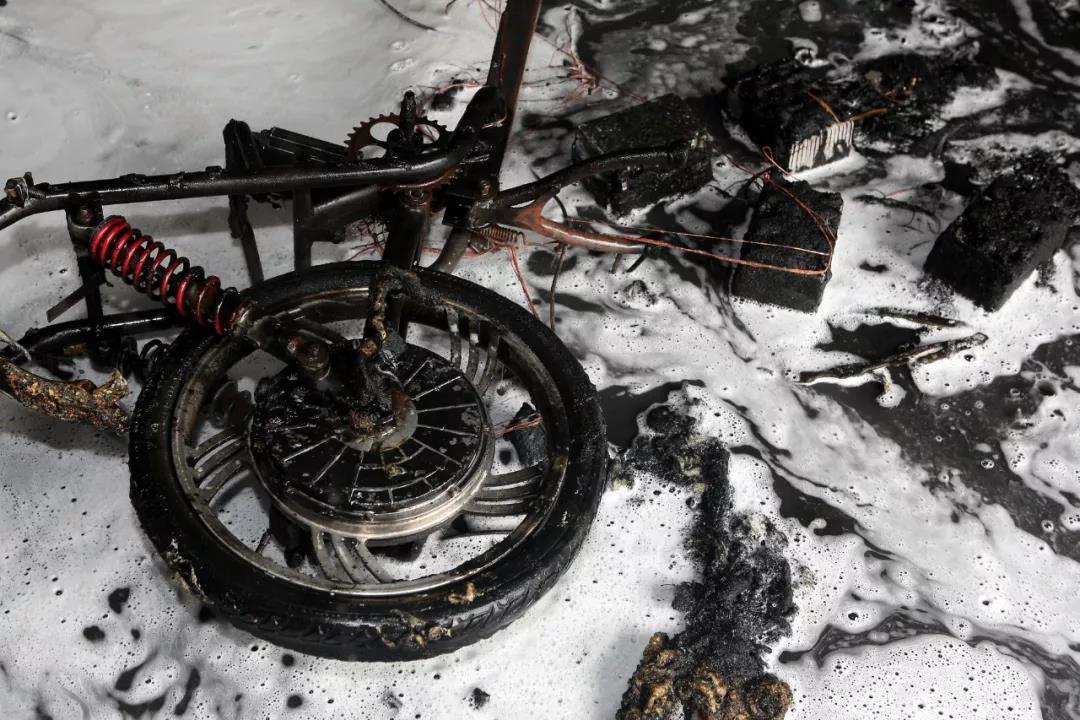 电动车燃烧后仅剩骨架